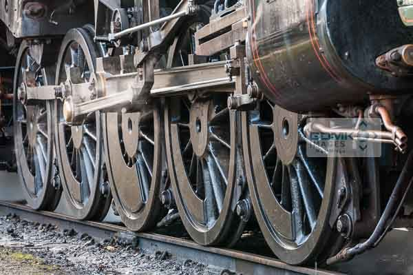 Wheels, connecting rods and mechanism of a 9F steam loco