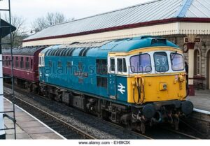 class-33-diesel-loco-recreating-a-1970s-and1980s-passenger-train-scene-EH9K3X