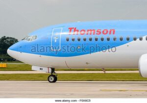 side-view-of-the-front-of-a-thomson-boeing-737-800-aeroplane-waiting-F0X6C5