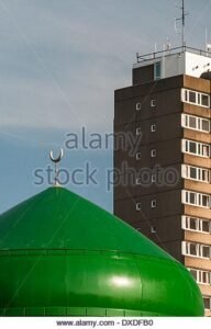 the-green-dome-of-leicester-central-mosque-with-a-1960s-style-high-DXDFB0