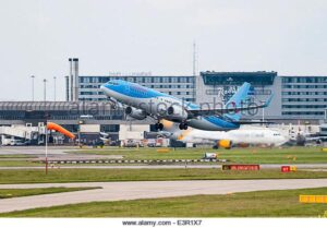 thomson-boeing-737-aeroplane-taking-off-from-manchester-airport-with-E3R1X7