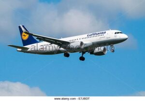 lufthansa-airbus-a320-aeroplane-on-approach-to-land-with-landing-gear-E7JBDT